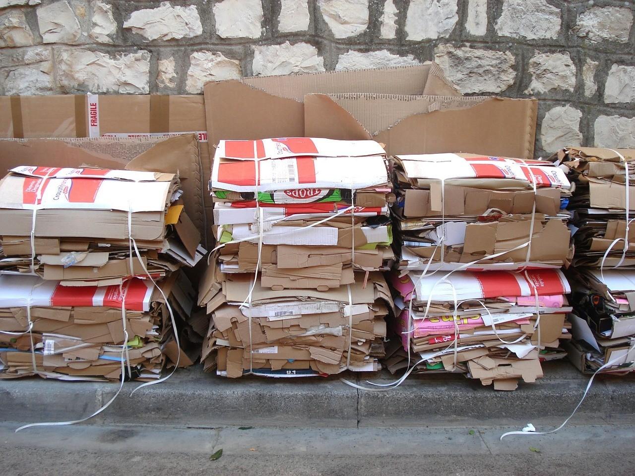 Kartony owinięte sznurkiem, sucha makulatura gotowa do wywiezienia