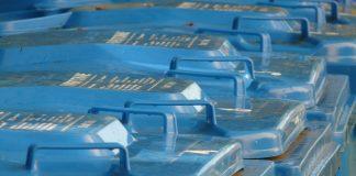 Niebieskie pojemniki na odpady