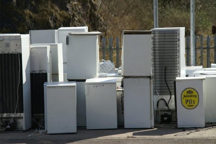 Zużyte, stare lodówki na placu w zakładzie recyklingu