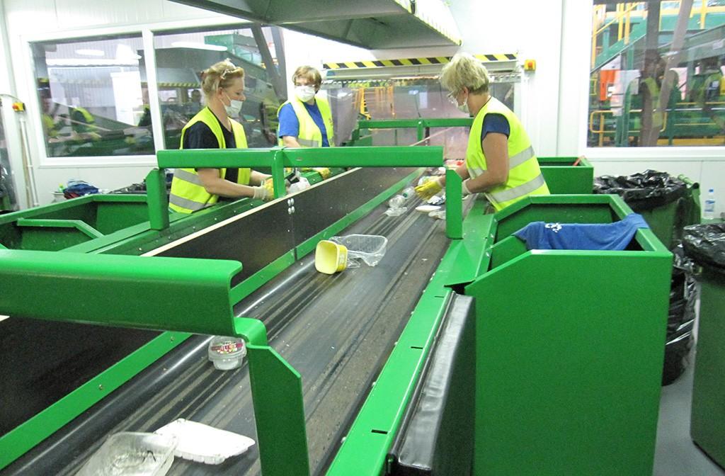 Linia sortownicza w zakładzie przetwarzania odpadów