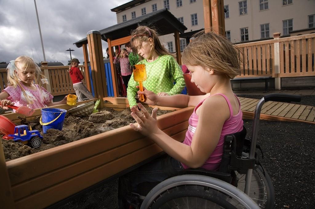 Piasek umieszczony na stolikach to sposób na to, aby dzieci niepełnosprawne i pełnosprawne mogły wspólnie uczestniczyć w zabawie
