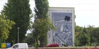 Mural w Gdańsku na ulicy Przymorze z pocztylionem