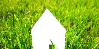 Dom z papieru w trawie