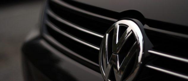 Logo marki Volkswagen na samochodzie