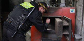 strażnik miejski przy piecu węglowym