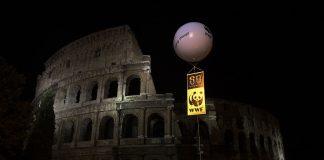 """Rzymskie Koloseum podczas akcji """"Godzina dla Ziemi"""" w 2008 r."""
