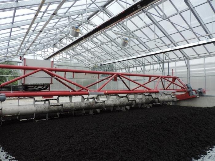 Rys. 3. Wnętrze ogrzewanej promiennikami podczerwieni hybrydowej suszarni słonecznej na oczyszczalni ścieków w Chełmie