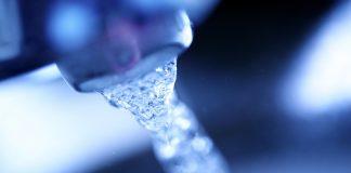 Kran z płynącą wodą