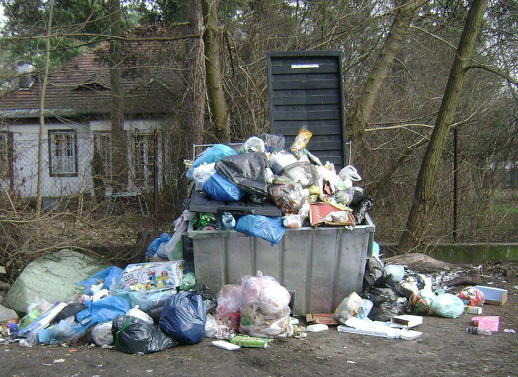 Śmietnik wypełniony workami ze śmieciami