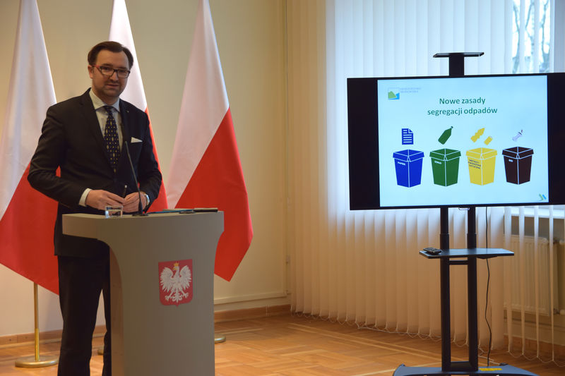 Wiceminister środowiska Sławomir Mazurek podczas konferencji prasowej na temat selektywnej zbiórki odpadów komunalnych od 1 lipca 2017 r.
