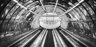 Stacja metra w Warszawie - schody ruchome