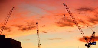 Budowa bloków mieszkalnych o zachodzie słońca
