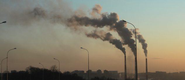 Kominy fabryk wydzielające toksyczny dym