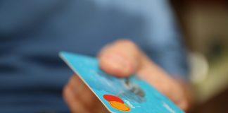 Dłoń wyciągająca kartę kredytową