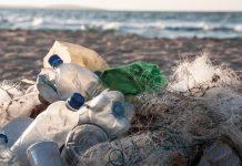 Plastikowe odpady na plaży