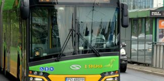 Zielony autobus Solaris komunikacji miejskiej MPK w Poznaniu