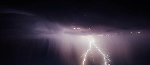 Uderzenie pioruna podczas burzy