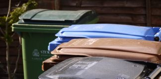 Kolorowe pojemniki na odpady