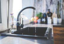 Kran w kuchni z wodą