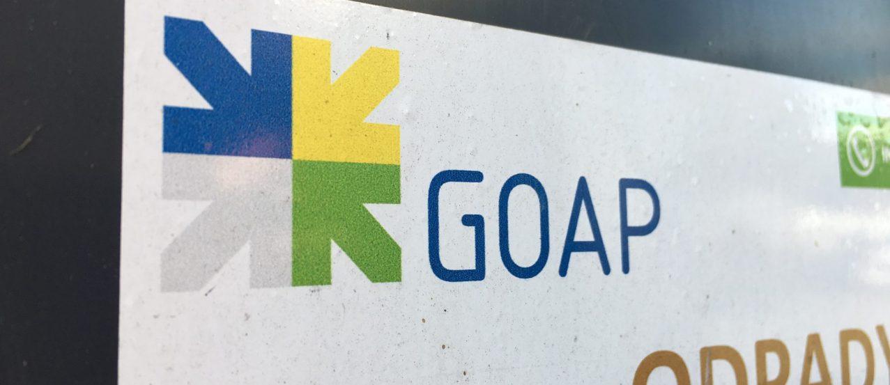 Logo GOAP na pojemniku na odpady zielone