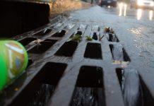 Studzienka kanalizacyjna burzowa podczas deszczu