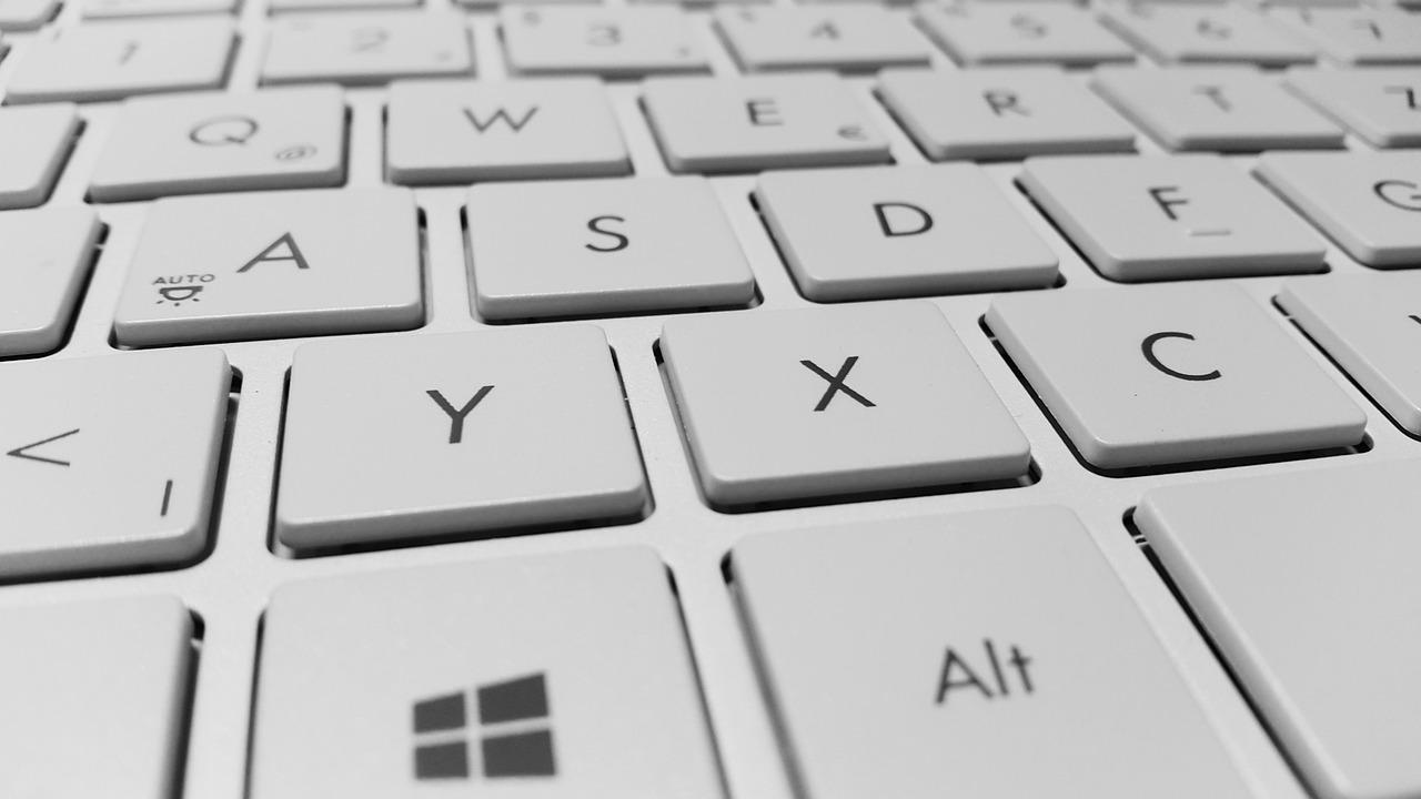 Klawiatura komputera w kolorze białym