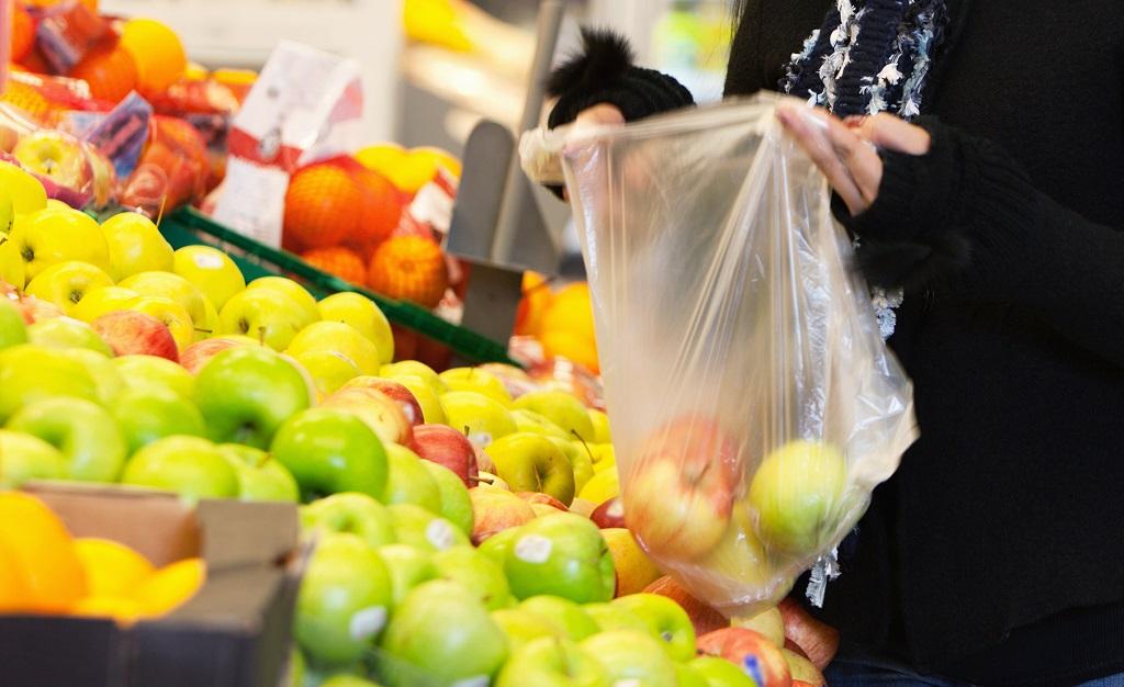 Kobieta trzymająca torbę plastikową w sklepie