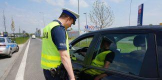 Kontrola drogowa - policjant zatrzymuje kierowcę samochodu