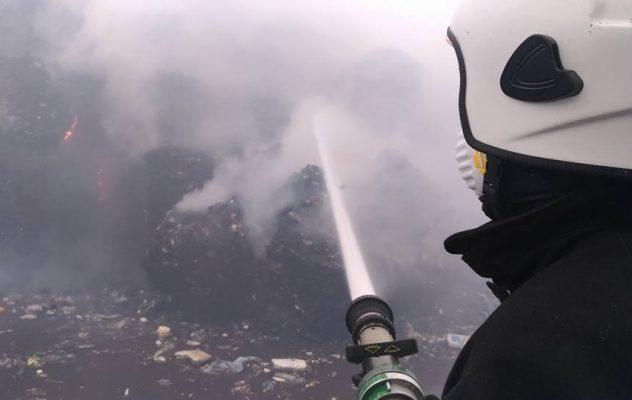Pożar w sortowni odpadów w Studziankach pod Białymstokiem - akcja gaśnicza straży pożarnej