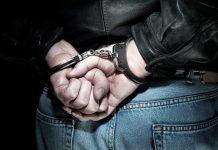 Przestępca w kajdankach