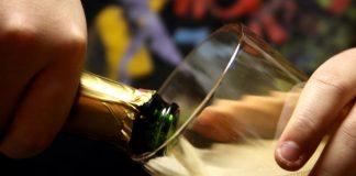 Nalewanie szampana do kieliszka na Nowy Rok
