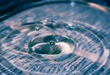 Krople wody spadające na dokumenty