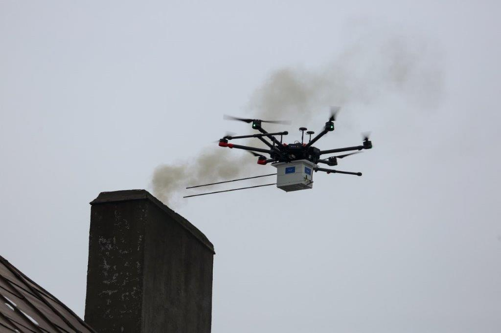 Kontrola komina pod kątem zanieczyszczeń przy pomocy drona firmy Flytronic w Katowicach