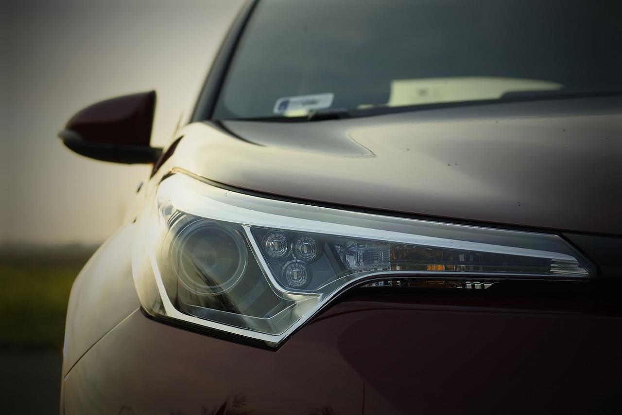 Przednie światło samochodu hybrydowego Toyota