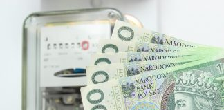 Pieniądze (banknoty stuzłotowe) na tle licznika energii elektrycznej