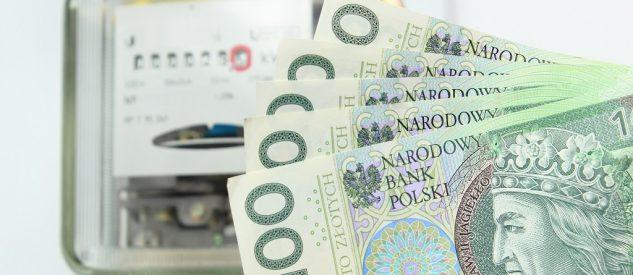 Pieniądze (banknoty stuzłotowe) na tle licznika energii elektrycznej