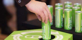Dłoń wrzucająca aluminową puszkę do pojemnika recyklingowego