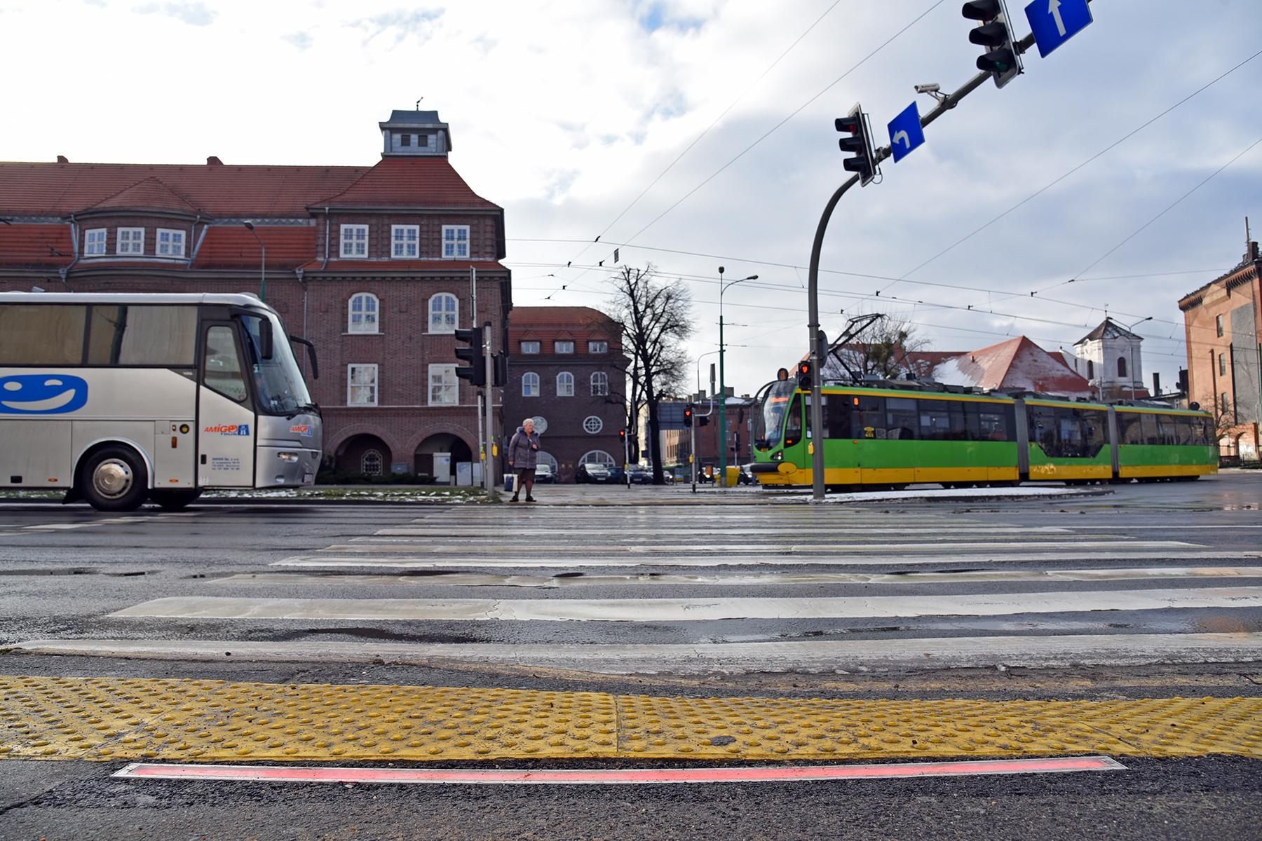 Świecące listwy dla przechodniów w Poznaniu