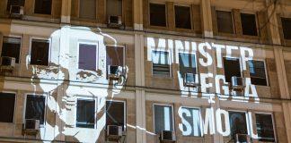 Wizerunek ministra energii Krzysztofa Tchórzewskiego wyświetlony na siedzibie resortu