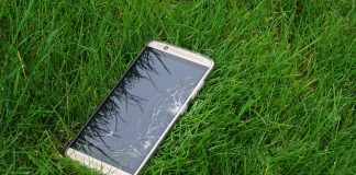Rozstrzaskany smartfon na trawie