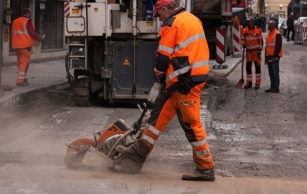 Pracownicy podczas budowy drogi