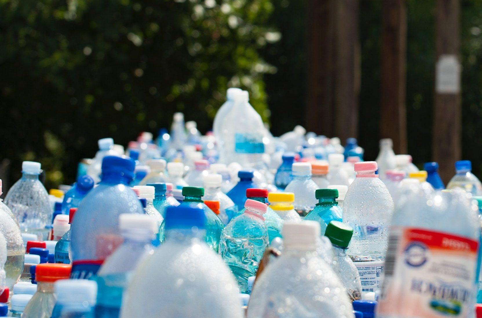 Butelki plastikowe ustawione w długim rzędzie