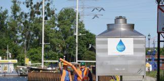 Gdańsk. Ekipy SNG na nabrzeżu przy Przepompowni Ścieków Ołowianka, powyżej miejsca awaryjnego zrzutu ścieków rozpoczeli montaż napowietrzacza wody.