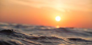 Zachód słońca nad oceanem - zbliżenie na fale, wodę