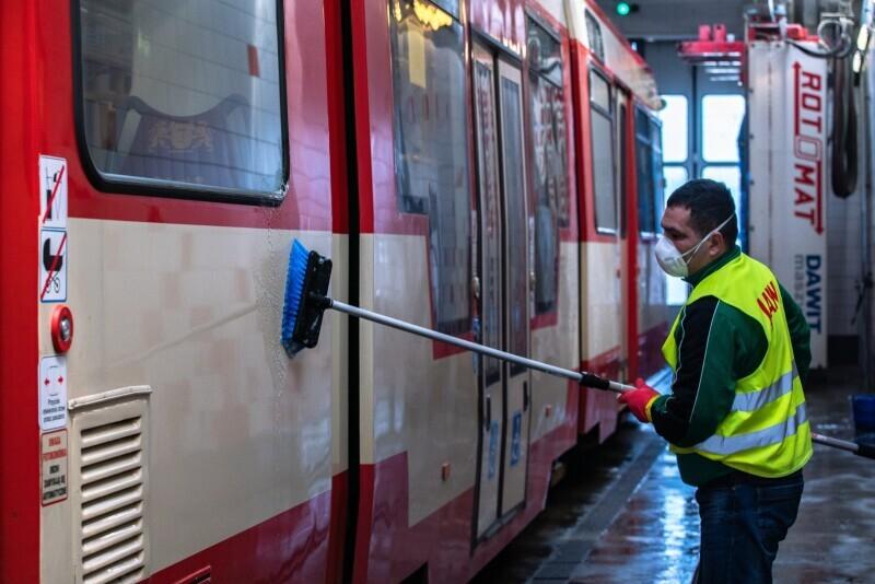 Gdańsk. Codzienne, standardowe mycie oraz dezynfekcja gdańskich autobusów i tramwajów.