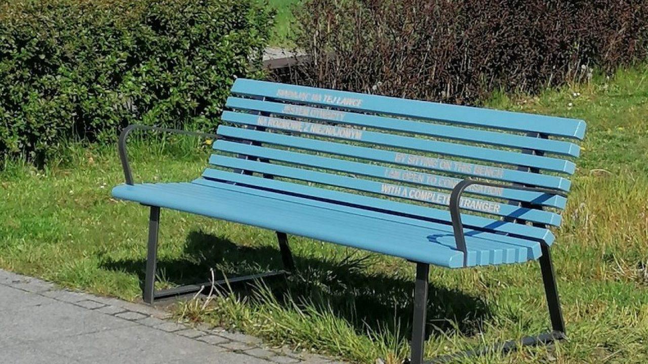 W Warszawie postawiono ławkę do rozmawiania z sąsiadami